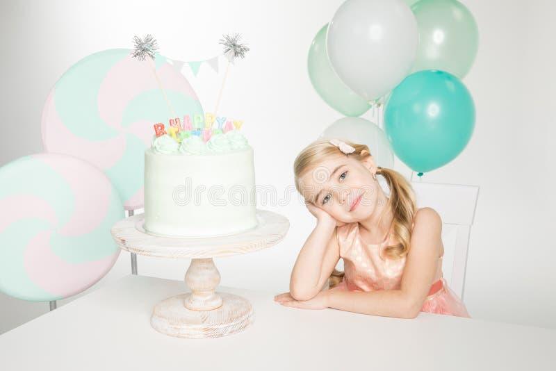 Muchacha con la torta de cumpleaños fotos de archivo libres de regalías