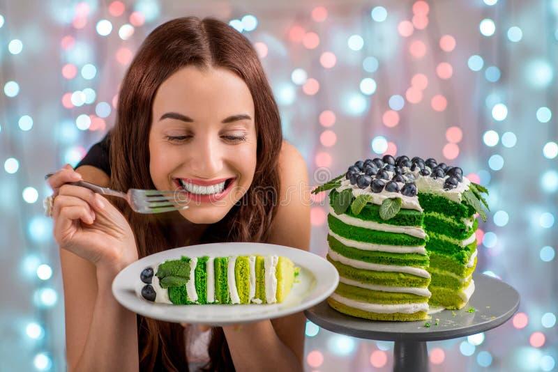 Muchacha con la torta del feliz cumpleaños foto de archivo