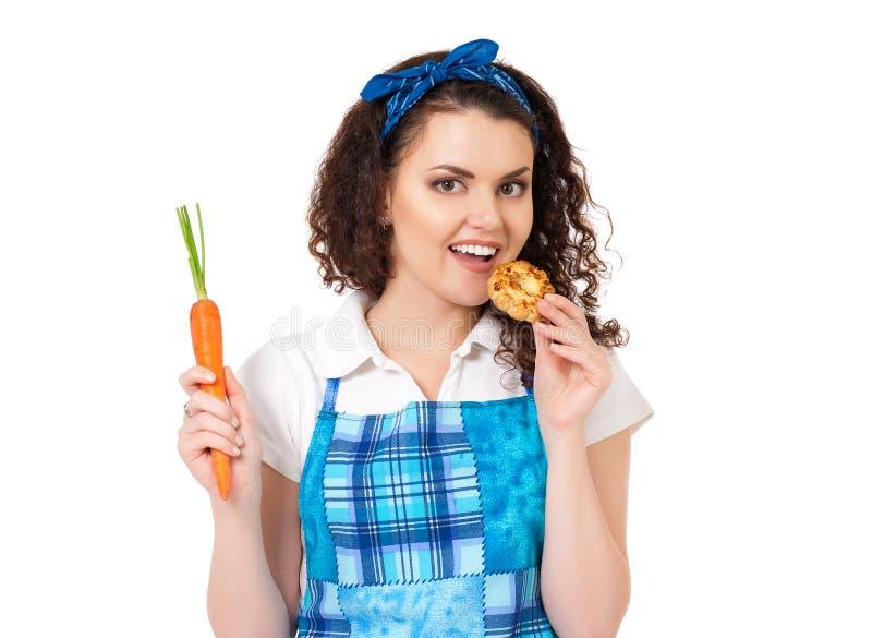 Muchacha con la zanahoria y la galleta fotos de archivo
