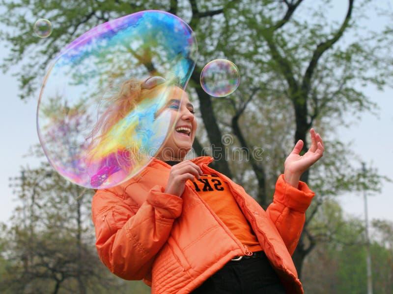 Muchacha con las burbujas imagenes de archivo