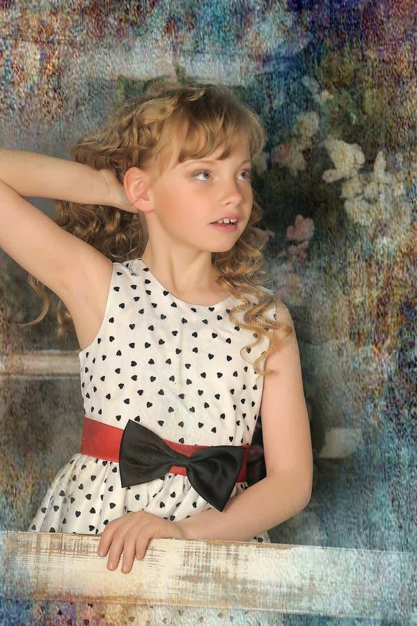 muchacha con las cerraduras rubias imagen de archivo
