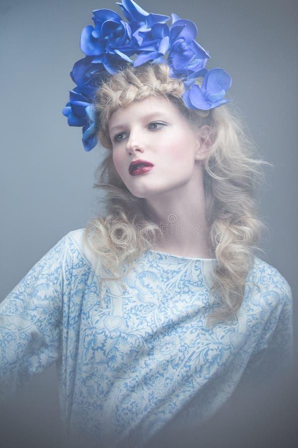 Muchacha con las flores en su cabeza en un vestido en el estilo ruso Efecto de niebla fotografía de archivo libre de regalías