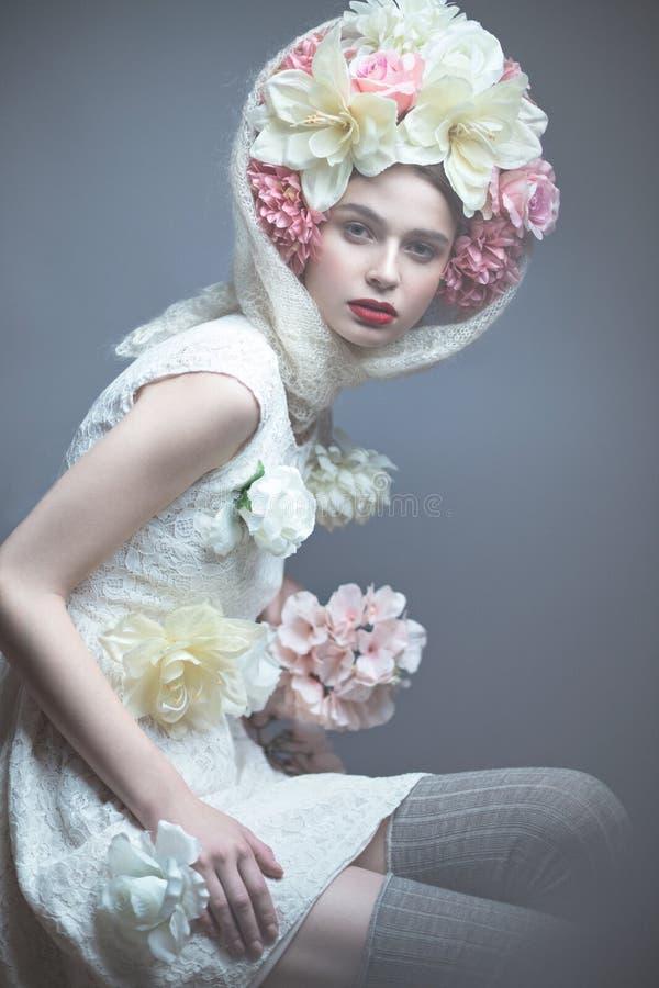 Muchacha con las flores en su cabeza en un vestido en el estilo ruso Efecto de niebla imagenes de archivo