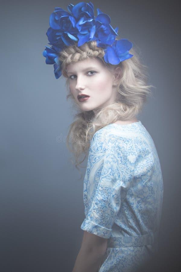 Muchacha con las flores en su cabeza en un vestido en el estilo ruso Efecto de niebla fotos de archivo