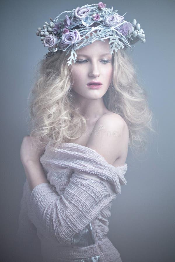 Muchacha con las flores en su cabeza en un vestido en el estilo ruso Efecto de niebla imágenes de archivo libres de regalías