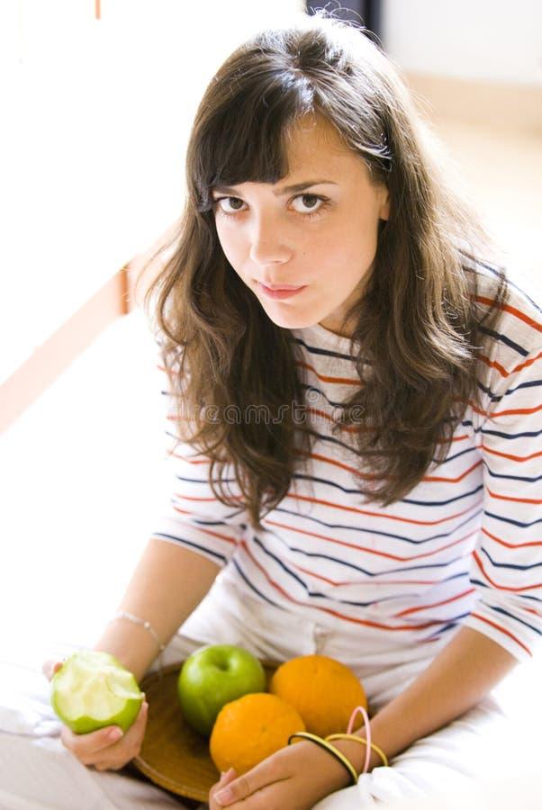 Muchacha con las frutas imagenes de archivo