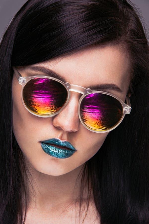 Muchacha con las gafas de sol brillantes fotos de archivo