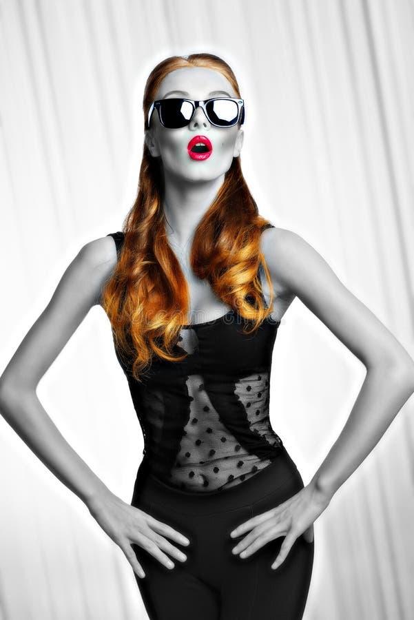 Muchacha con las gafas de sol en actitud de la moda Tiro de BW imagen de archivo libre de regalías