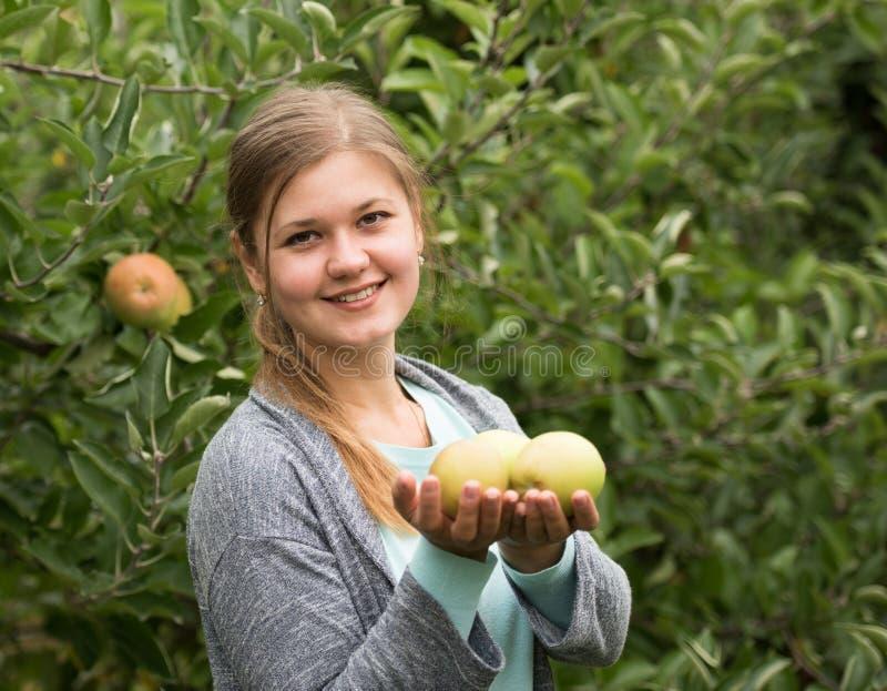 Muchacha con las manzanas fotos de archivo libres de regalías
