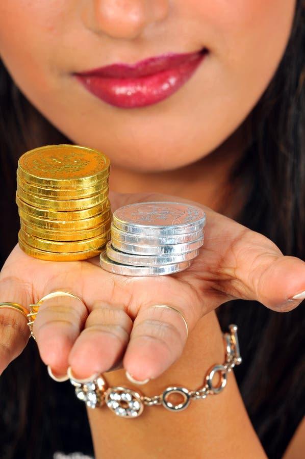 Muchacha con las monedas imagenes de archivo