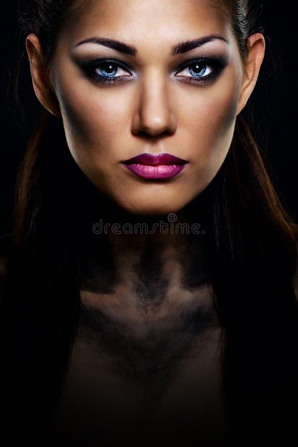 Muchacha con las panteras del maquillaje imagen de archivo