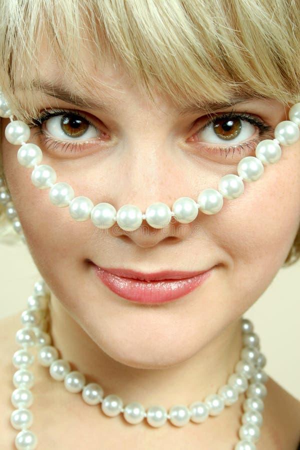 Muchacha con las perlas imágenes de archivo libres de regalías
