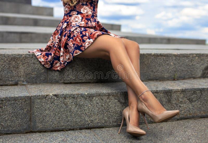 Muchacha con las piernas perfectas en el cuadrado de ciudad y el cielo fotos de archivo libres de regalías