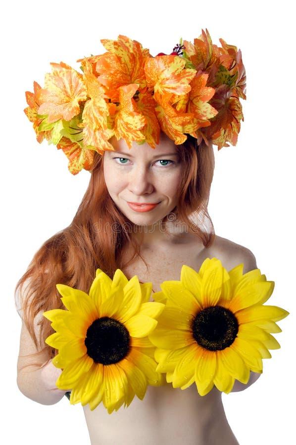 Muchacha con las tetas al aire del pelirrojo con una guirnalda de flores coloridas foto de archivo