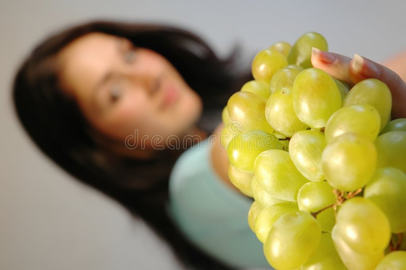 Muchacha con las uvas frescas 1 imagenes de archivo