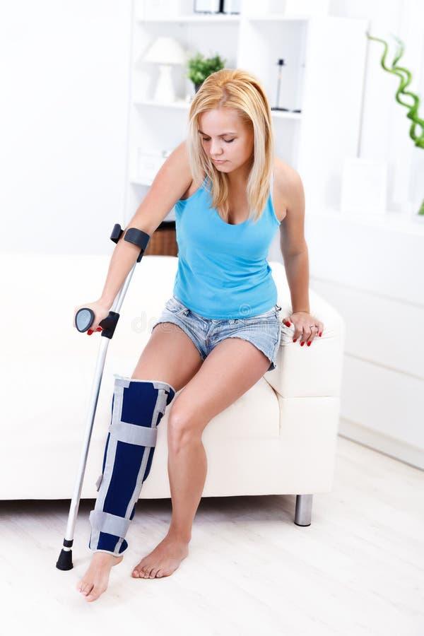 Muchacha con lesión de pierna imagenes de archivo
