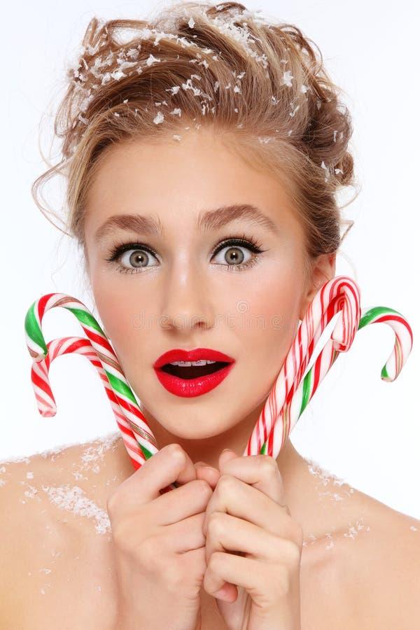 Muchacha con los bastones de caramelo imagen de archivo libre de regalías