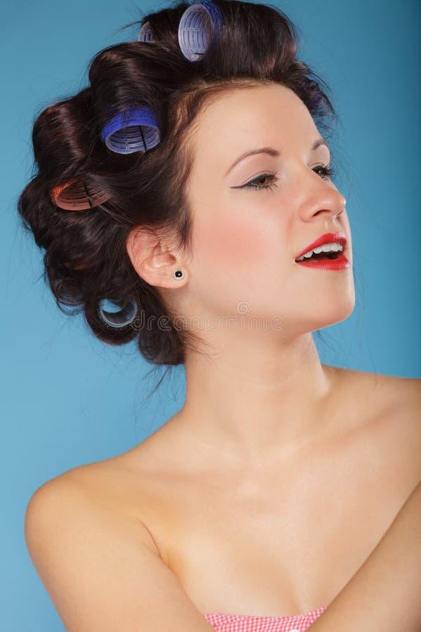 Muchacha con los bigudíes en pelo, mujer que se prepara para ir de fiesta foto de archivo libre de regalías