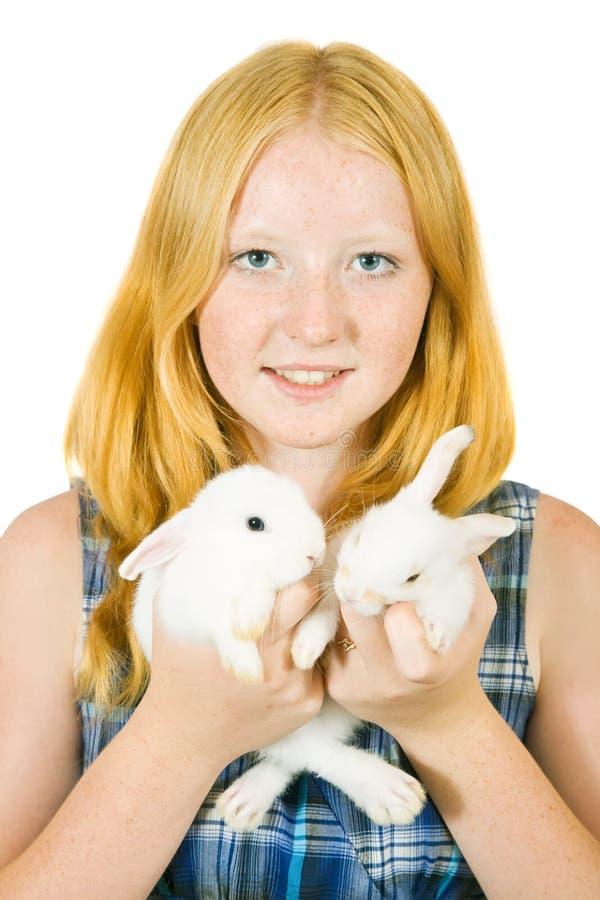 Muchacha con los conejos del animal doméstico imagen de archivo