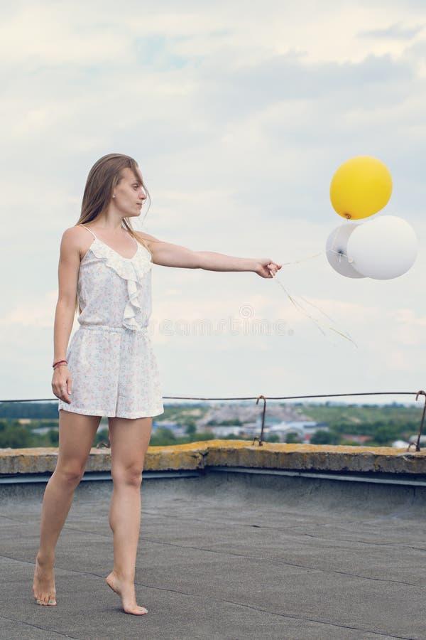 Muchacha con los globos imágenes de archivo libres de regalías
