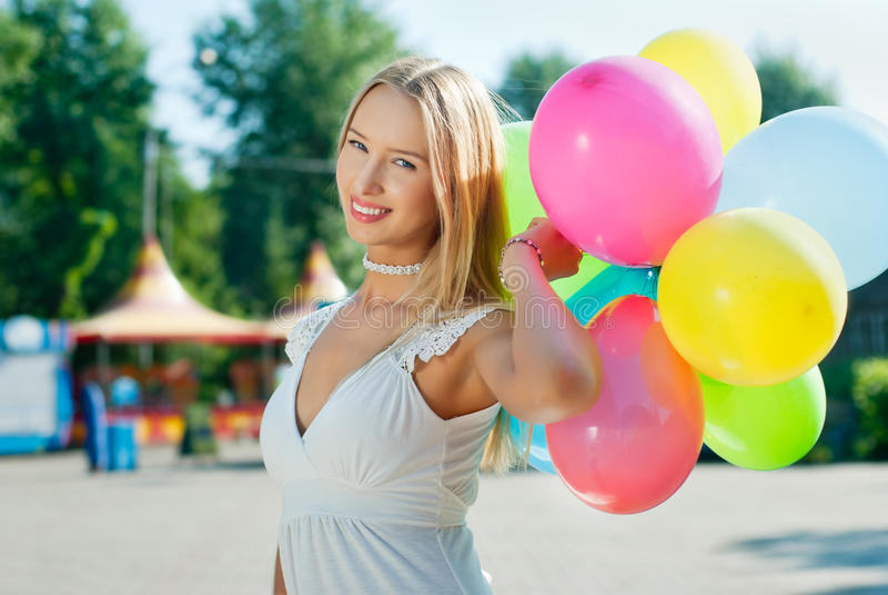 Muchacha con los globos foto de archivo libre de regalías