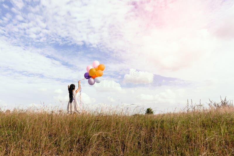 Muchacha con los globos coloridos fotografía de archivo