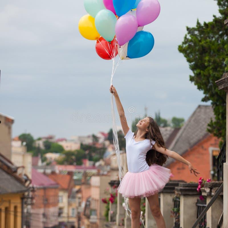Muchacha con los globos coloridos del látex fotografía de archivo libre de regalías