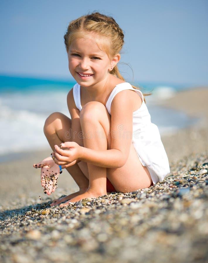 Niña en la playa imágenes de archivo libres de regalías