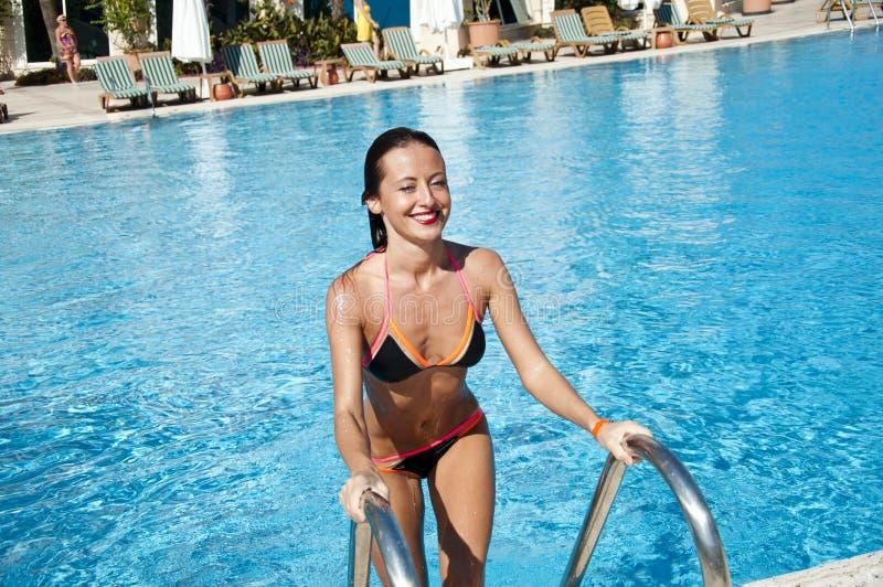 Muchacha con los labios rojos y el pelo mojado Vacaciones y viaje de verano a Maldivas Miami Beach es soleado swag Mujer en la na fotografía de archivo libre de regalías