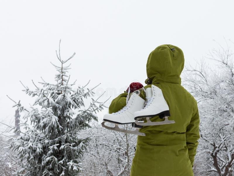 Muchacha con los patines de hielo blancos imagen de archivo