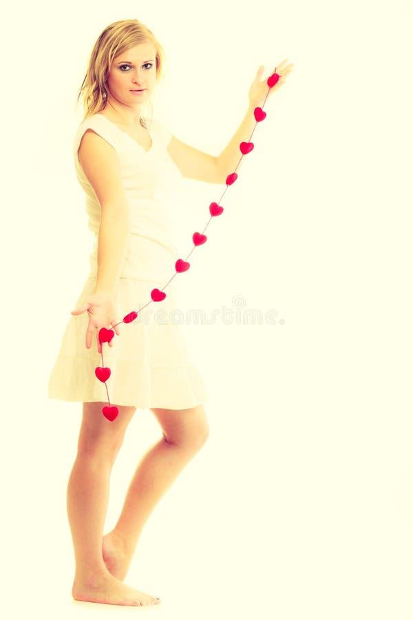 Muchacha con los pequeños corazones rojos imagen de archivo