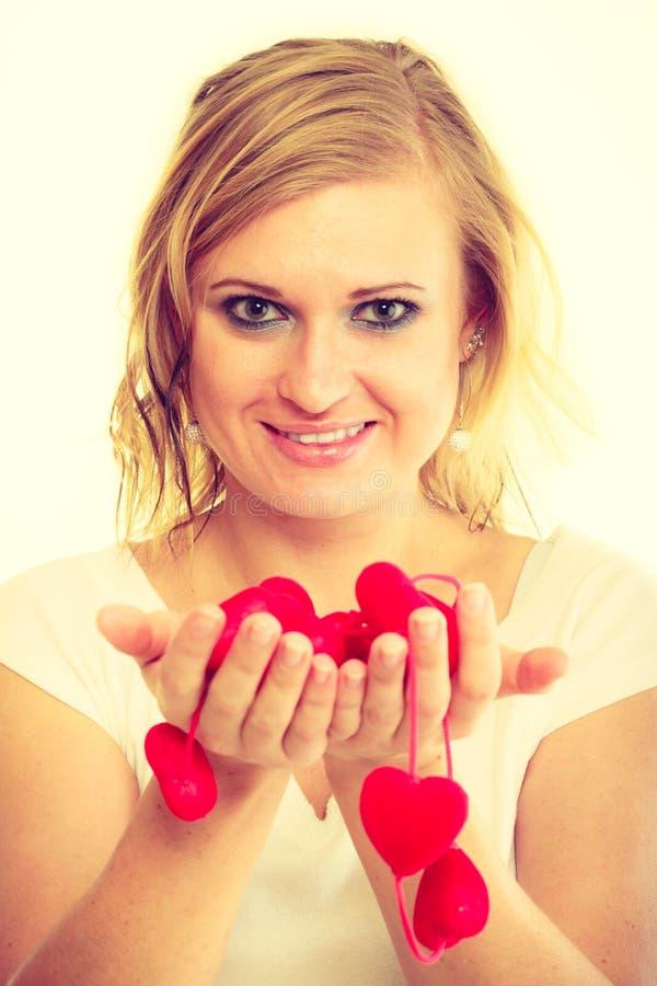 Muchacha con los pequeños corazones rojos fotos de archivo libres de regalías