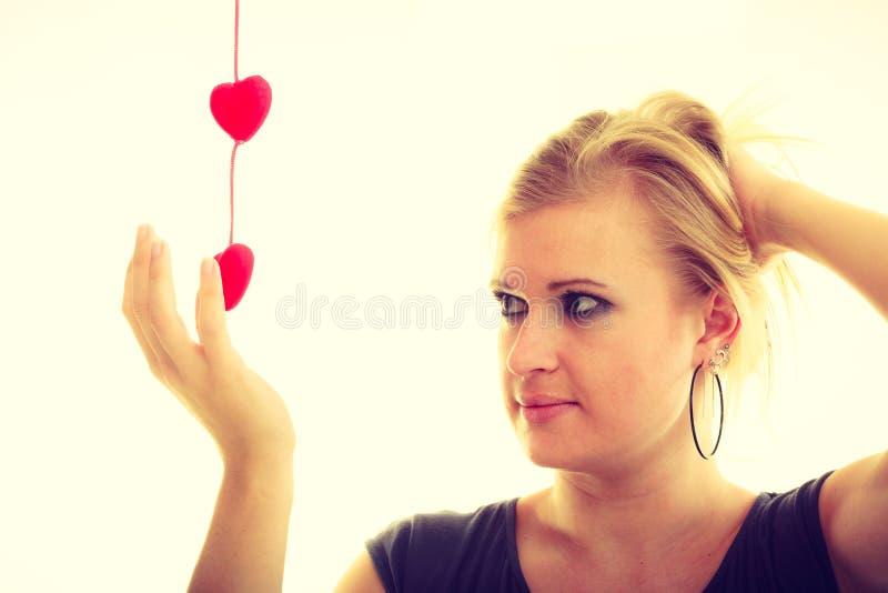 Muchacha con los pequeños corazones rojos imagenes de archivo