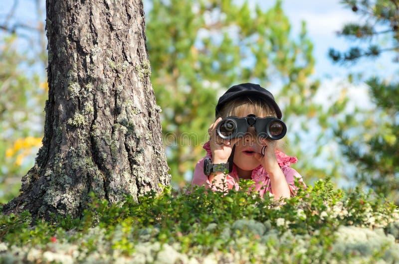 Muchacha con los prismáticos fotos de archivo libres de regalías