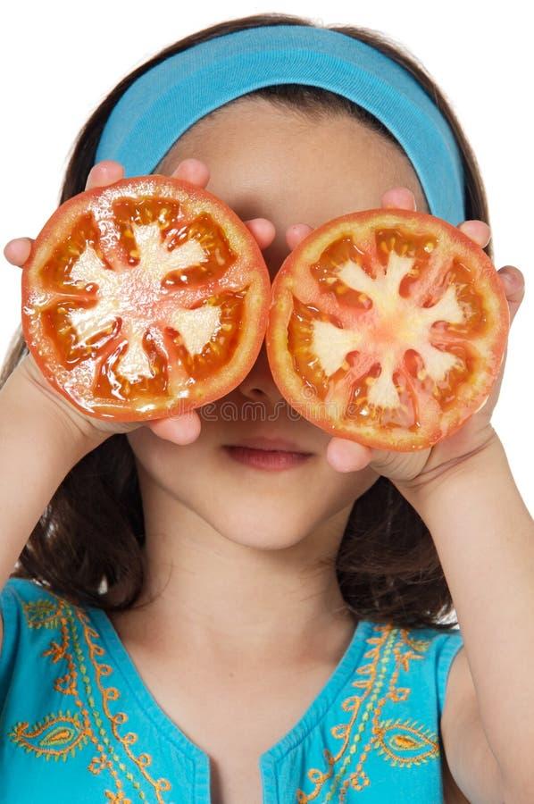Muchacha con los tomates en sus ojos imagen de archivo