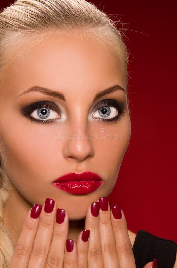 Muchacha con maquillaje agresivo fotografía de archivo