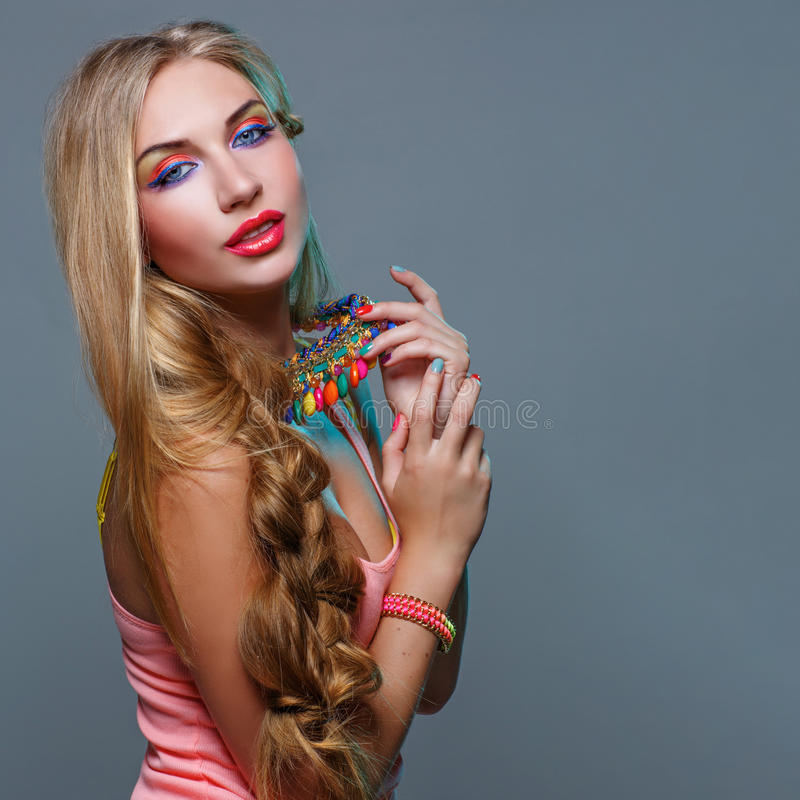 Muchacha con maquillaje colorido brillante foto de archivo libre de regalías