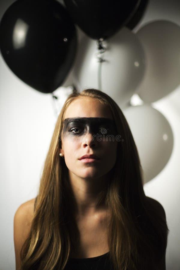 Muchacha con maquillaje pesado y globos imágenes de archivo libres de regalías