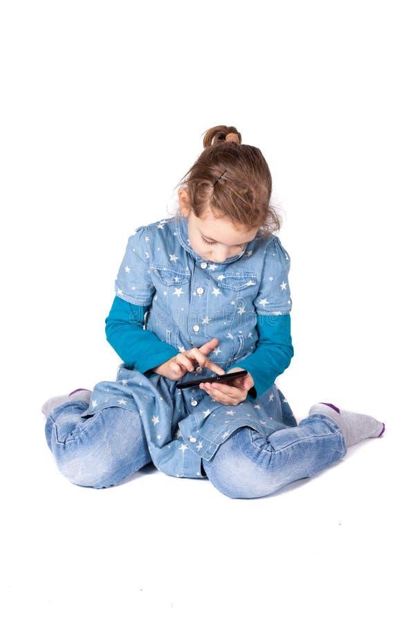 Muchacha con mobil imagen de archivo