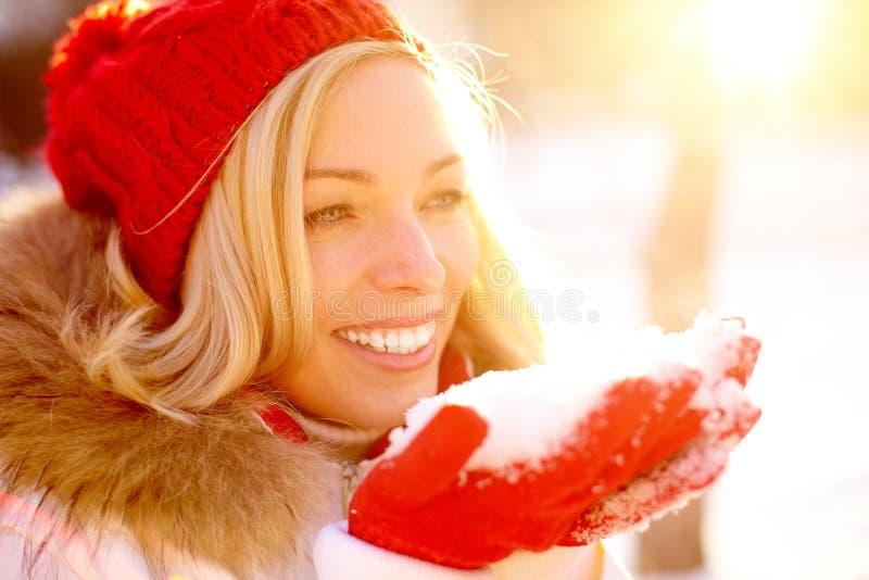 Muchacha con nieve foto de archivo libre de regalías