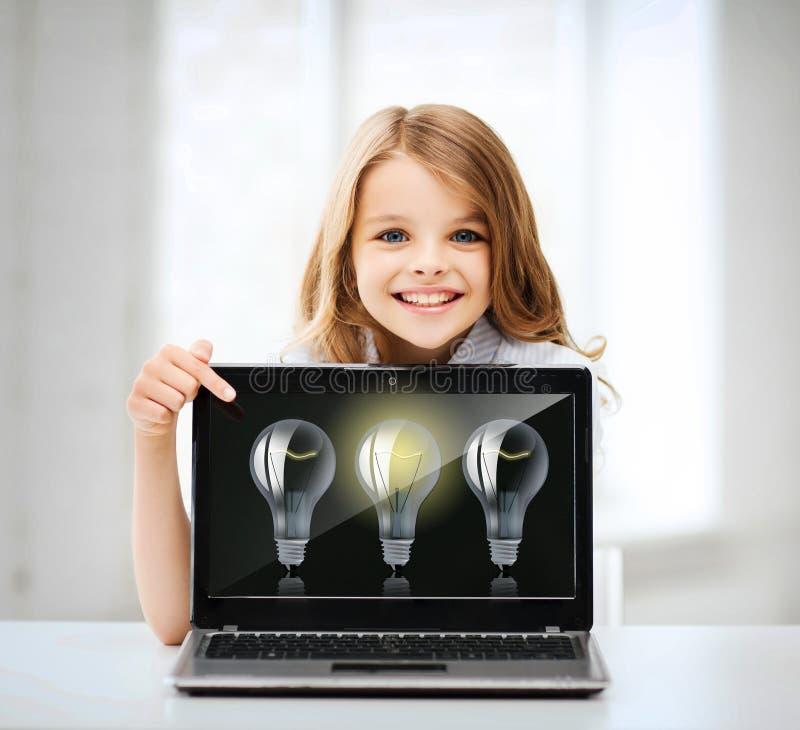 Muchacha con PC del ordenador portátil en la escuela fotos de archivo libres de regalías