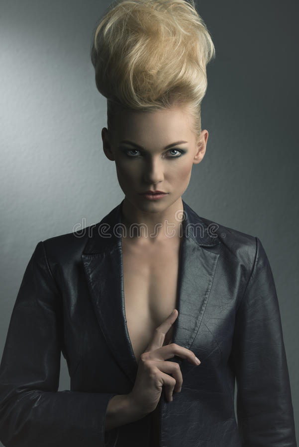 Muchacha con pelo-estilo de la moda imagenes de archivo