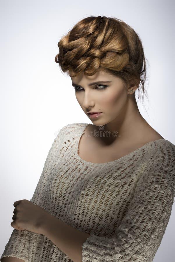 Download Muchacha Con Pelo-estilo Elegante De La Moda Imagen de archivo - Imagen de modelo, belleza: 41908685