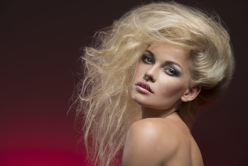 Muchacha con pelo-estilo rubio espeso fotografía de archivo