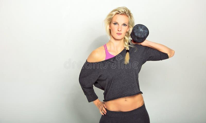 Muchacha con pesa de gimnasia fotos de archivo