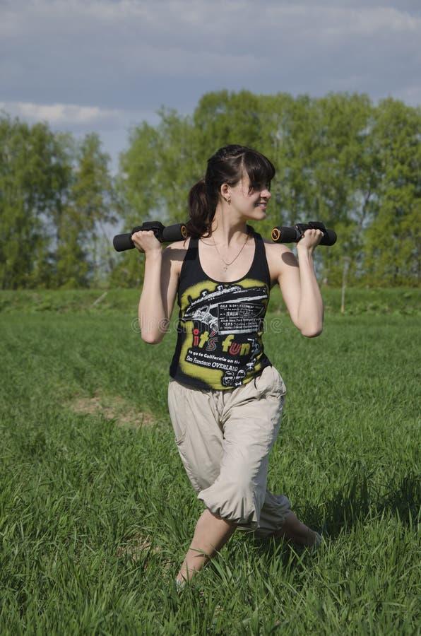 Muchacha con pesas de gimnasia al aire libre fotos de archivo libres de regalías