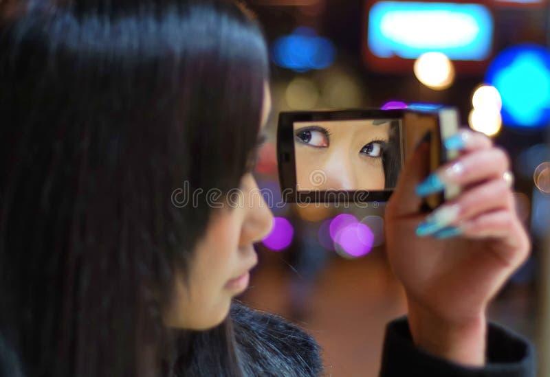 Muchacha con poco espejo fotos de archivo
