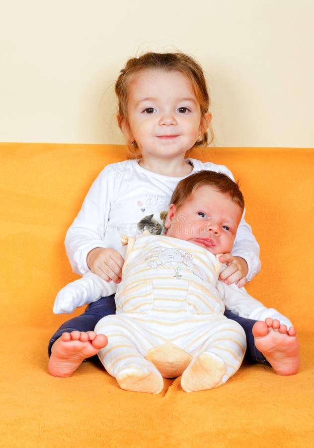 Muchacha con su hermano recién nacido fotos de archivo libres de regalías