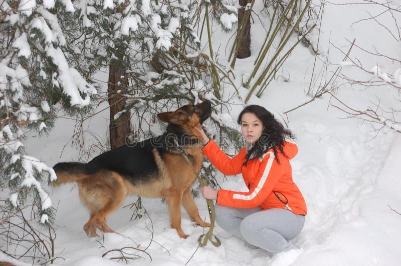Muchacha con su perro fotos de archivo
