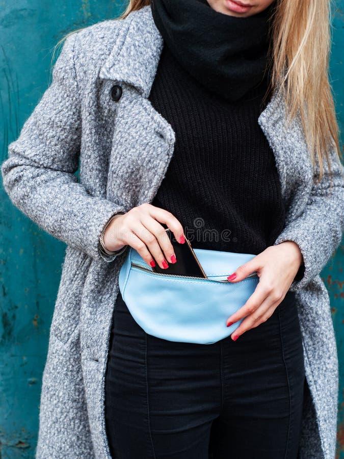 Muchacha con un bolso de cuero de la cintura fotografía de archivo libre de regalías